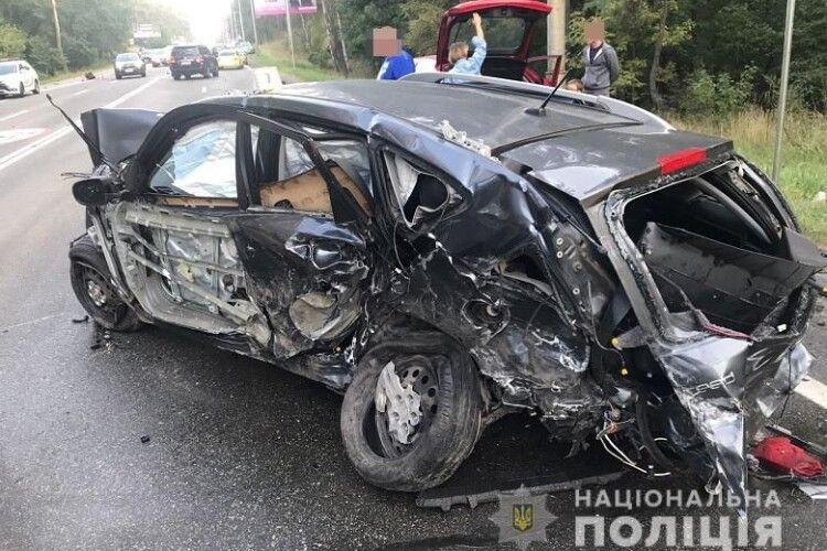 Уламки розкидало по всій дорозі: в автотрощі зіткнулися 8 автомобілів (Фото)