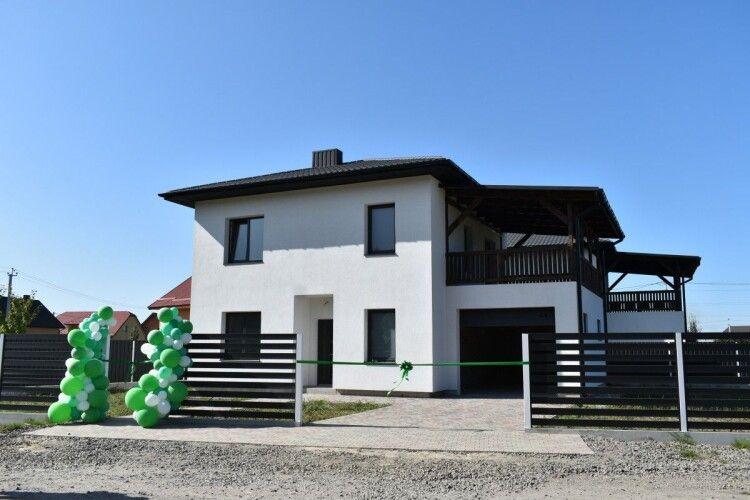 Багатодітній родині із Луцька подарували будинок в Боратині