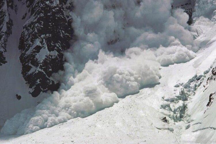 Синоптики закликають туристів не потикатися у Карпати: висока загроза сходження лавин