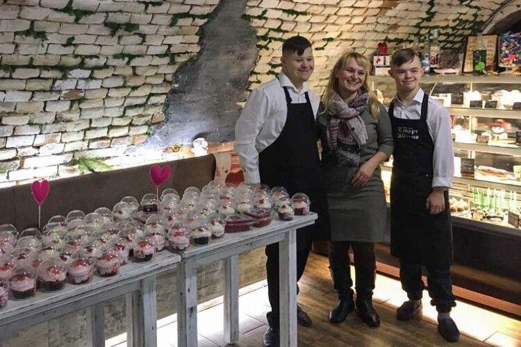 У Луцьку знову запрацювала кав'ярня, де працюють «сонячні» хлопці