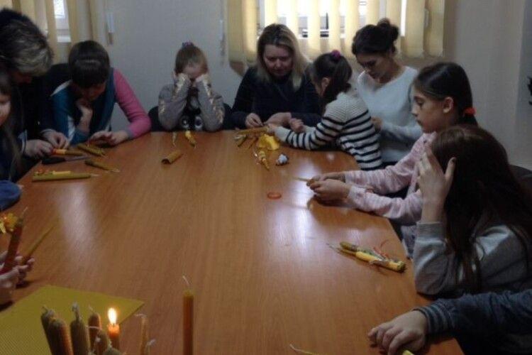 У Луцьку дітей з інвалідністю вчили виготовляти стрітенські свічки