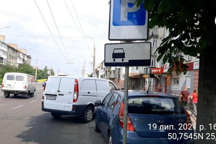 Муніципали візьмуться за водіїв, які не правильно паркуються на проспекті Перемоги