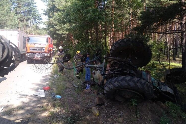 На Рівненщині від удару фури перекинувся трактор: тракториста шпиталізували