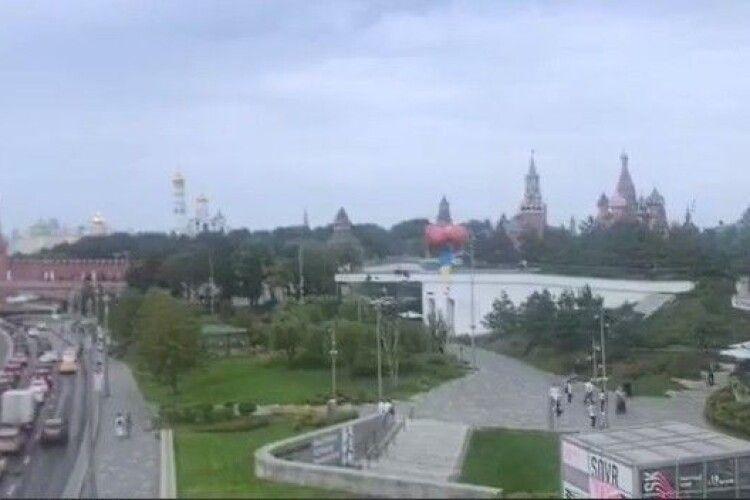 Біля Кремля у небо запустили прапор України (Відео)