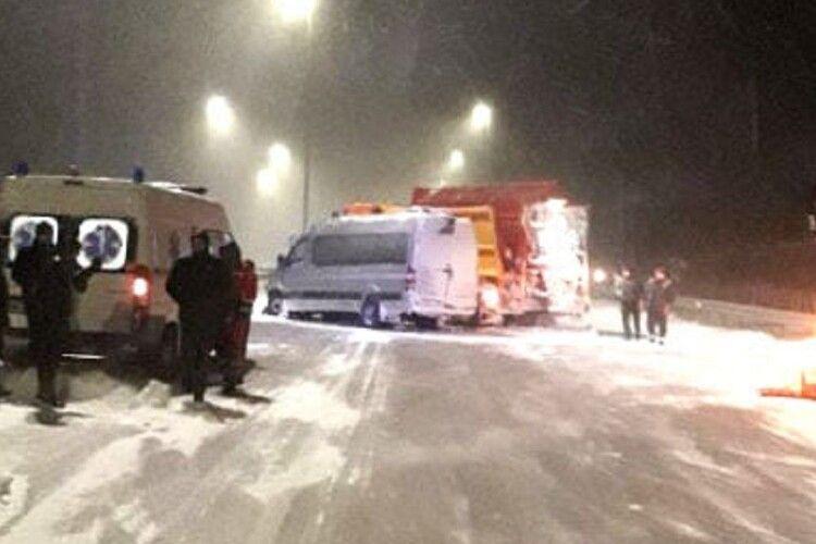 Маршрутка з пасажирами врізалася у снігоочисну автівку на Рівненщині (Фото)
