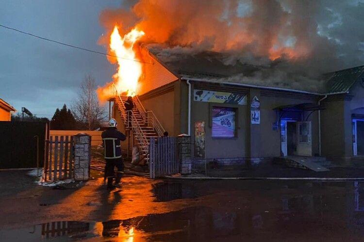У Клевані на Рівненщині червоний півень атакував магазин веломотозапчастин (Фото)