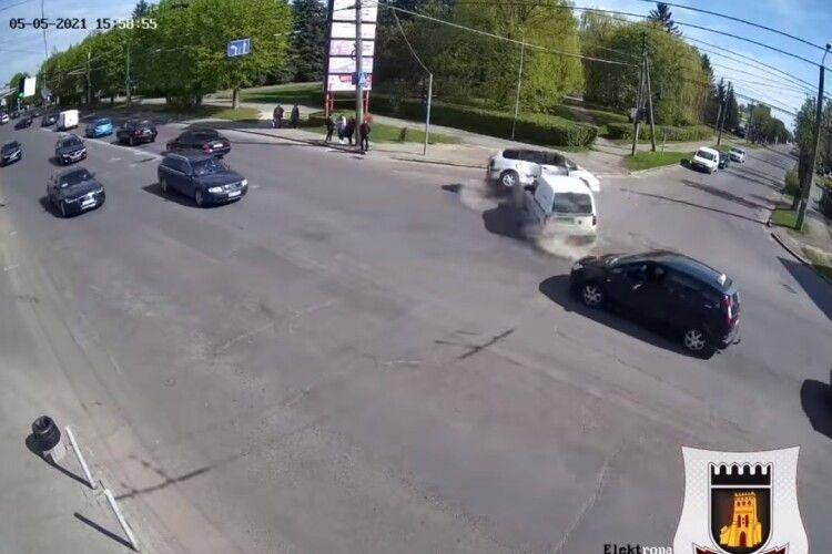 Показали відео ДТП, у якому від удару автівку перекинуло на бік (Відео)