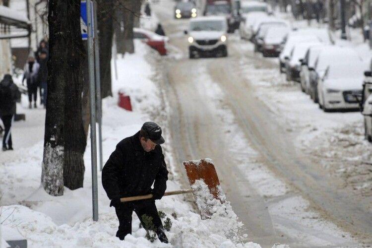 Сніг, ожеледиця та потужні пориви вітру: на дорогах Рівненщини вирує негода
