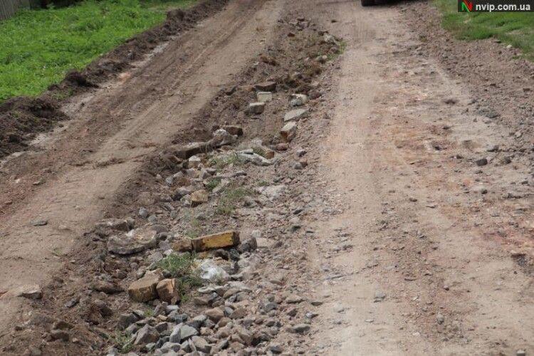 Дорога, як переоране поле: у Новолинську одна з вулиць після дощів стає замуленою річкою(ВІДЕО)