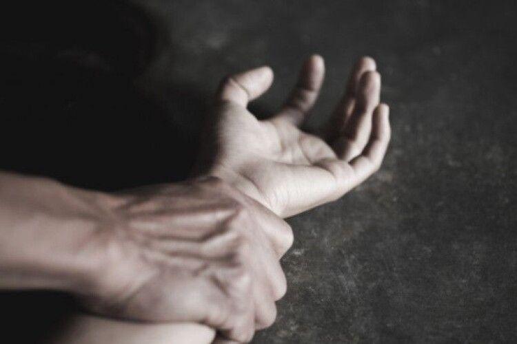 Чоловік напав на 22-річну дівчину і зґвалтував її прямо на пішохідному переході
