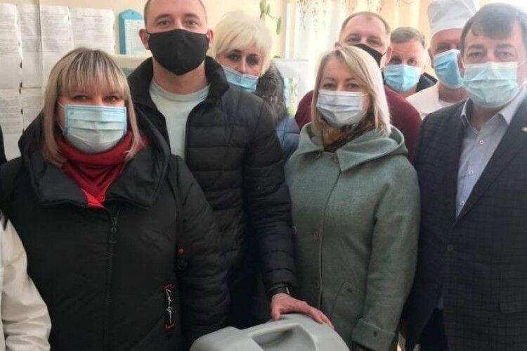 Порошенко передав у сільські ФАПи Прикарпаття кисневі концентратори