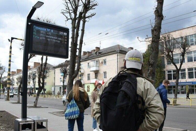 У Луцьку на зупинках громадського транспорту встановили інформаційні табло (Фото)