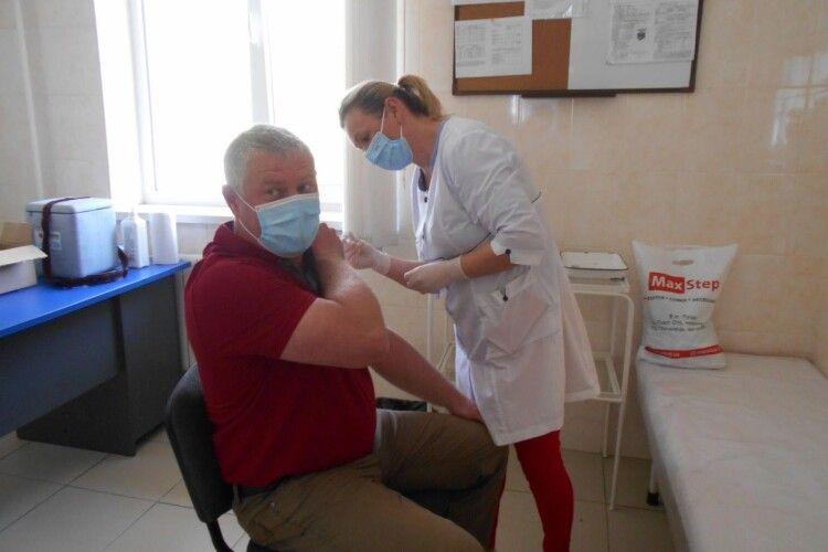 На Горохівщині 162 жителі отримали другу дозу вакцини Pfizer: дехто відчув побічні ефекти