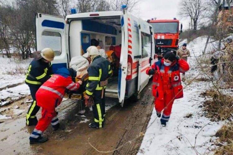 Через бездоріжжя рятувальники несли хворого понад два кілометри (Фото)