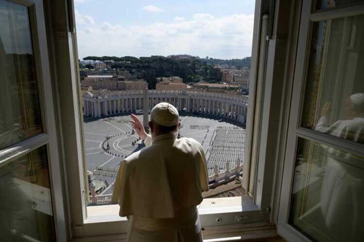 Папа Римський молився іплакав упорожньому храмі