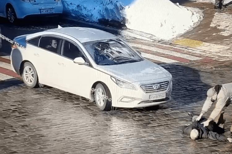 У столиці водій двома ударами в голову вбив пішохода (Відео)