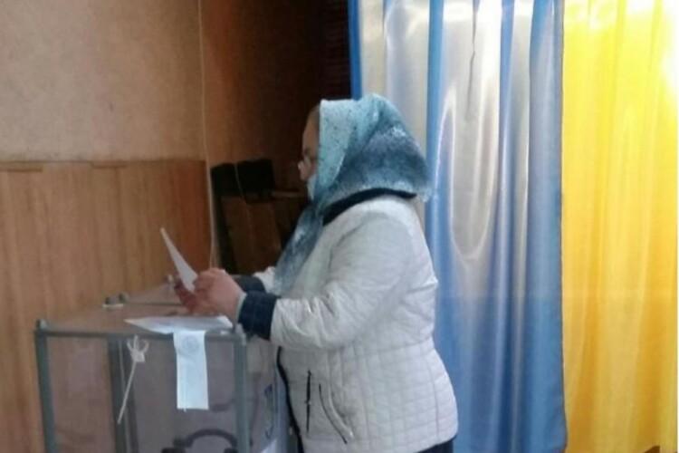 На Рівненщині виборці кидали в скриньки незаповнені бюлетені