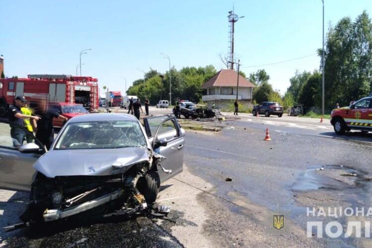 На Рівненщині на місці ДТП згоріла машина. Постраждали люди (Фото)
