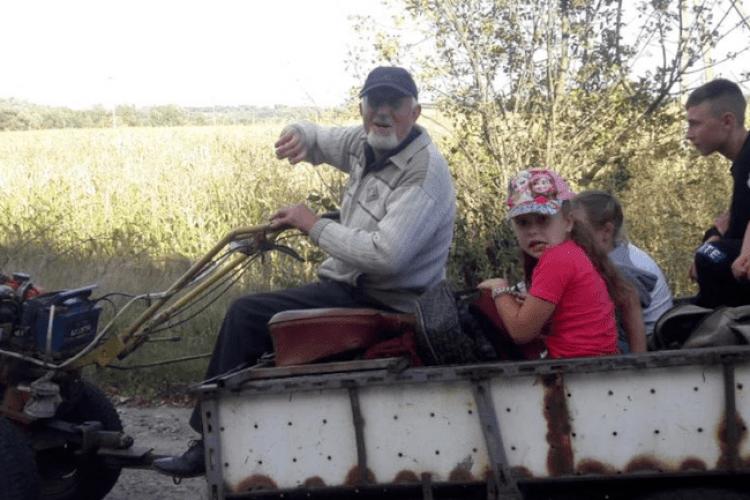 Священник за 10 кілометрів возить дітей до школи мотоблоком