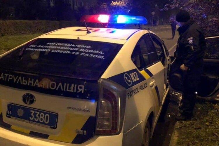 Чоловік на вулиці стріляв у людей: двох поранених доставили у лікарню