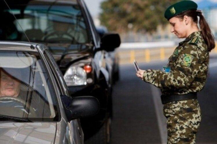 На кілька кілометрів розтягнулася черга охочих виїхати з України на «Ягодині»