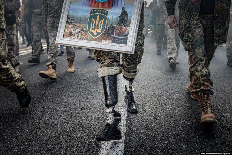 Фото з ветеранами АТО, але без облич, відзначене золотою медаллю на міжнародному фотоконкурсі