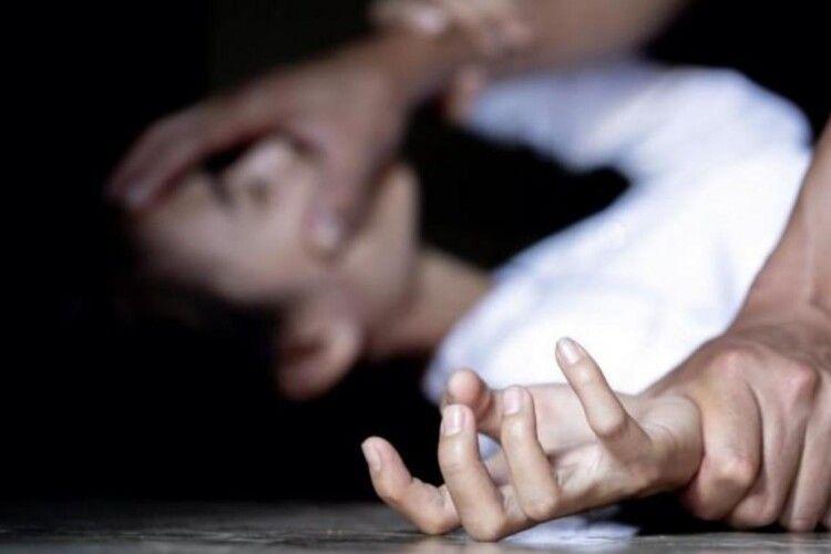 Злапали мерзотника, який затягнув у покинуту хату і зґвалтуваввосьмирічну дівчинку