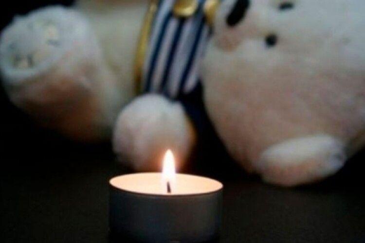 У львівській лікарні померла 10-місячна дівчинка, яка впала з балкона другого поверху