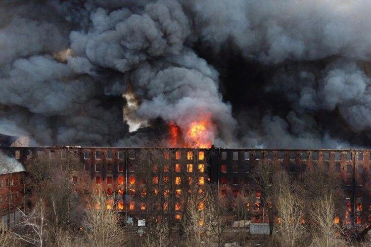 У російському Санкт-Перербурзі страхітлива пожежа в історичній будівлі (Відео)