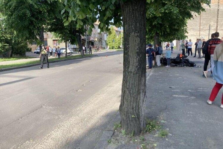 Уламки по всій дорозі: на Волині зіткнулися легковик та мотоцикл (Відео)