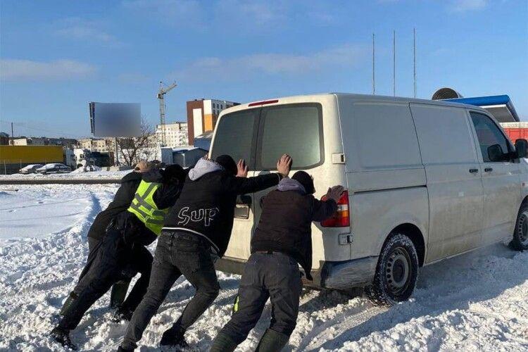 Волинські патрульні показали, як допомагали водіям вибратись зі снігу (Фото)