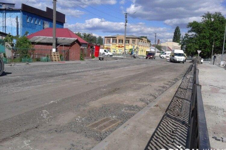В Шацьку почали асфальтувати проїжджу частину нової дороги (фото)