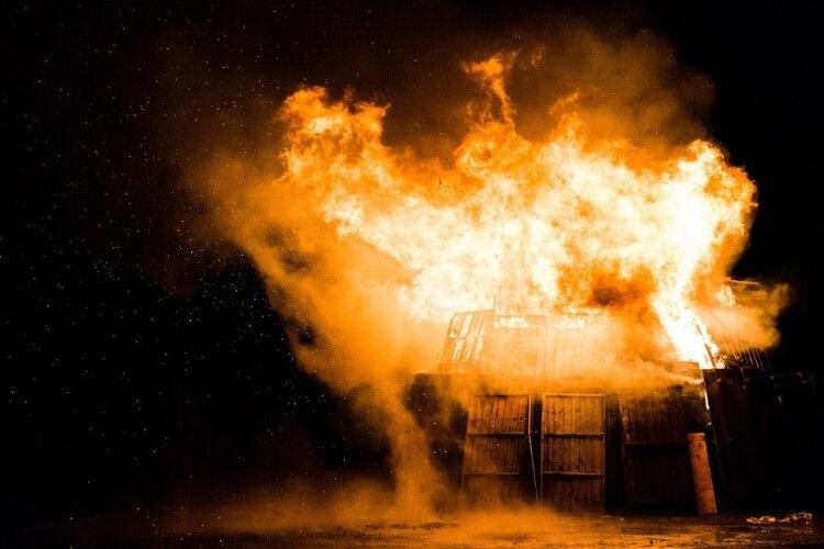 У волинському селі раптово загорілася хата
