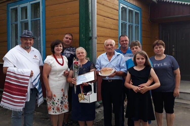 Як на справжньому весіллі: у Володимирі вшанували 10 «золотих» подружніх пар (Фото)