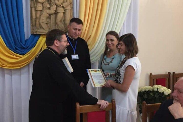 Проща у Зарваниці: депутатка з Волині вручила привітання главі церкви і запрошення Марині Порошенко