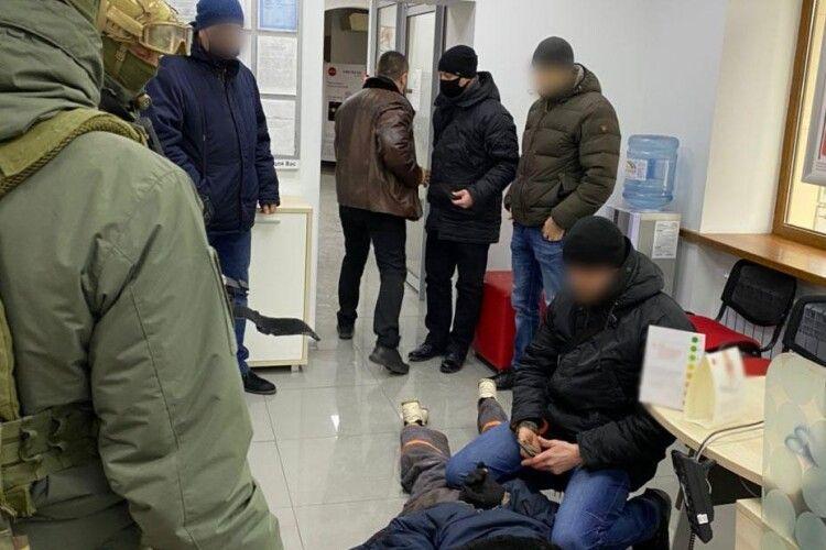 У Маріуполі дядько захопив відділення банку й забажав, аби до нього прибули начальник обласної поліції та рота спецпризначення