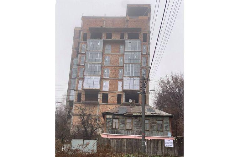 Суддя з Окружного вирішив, що 9-поверхівка на Батиєвій горі є 4-поверховою... з антресолями (Фото)