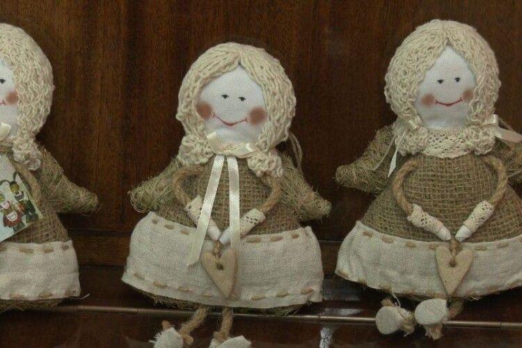 У Луцьку з трави та соломи майстрували різдвяних янголів