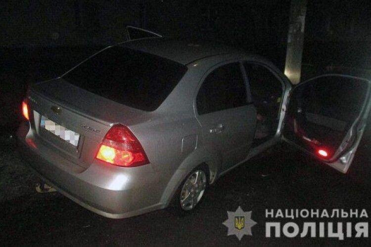Машина на повному ходу влетіла в стовп: жінка зарізала коханого за кермом авто