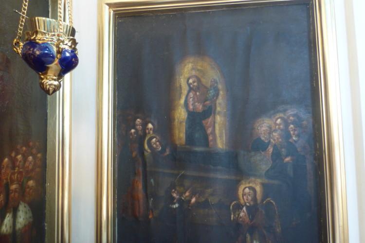 На посірілих від віків дошках проглядають лики святих.
