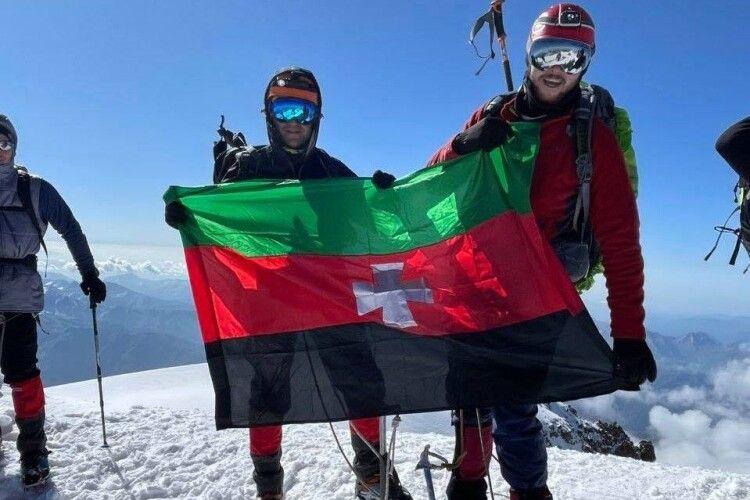 Прапор Нововолинська підняли на одній із найбільших гір Кавказу