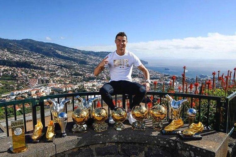 Кріштіану Роналду обклався трофеями