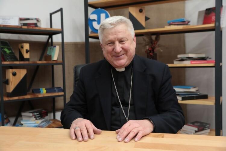 Римо-католицький єпископ закликав жінок не робити аборти, а народжувати дітей і віддавати церкві