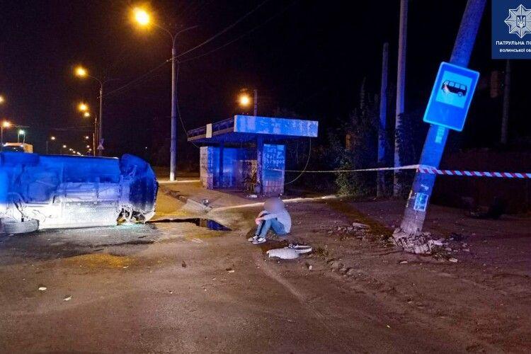 У Луцьку вночі перекинулося авто: за кермом був неповнолітній (Фото)
