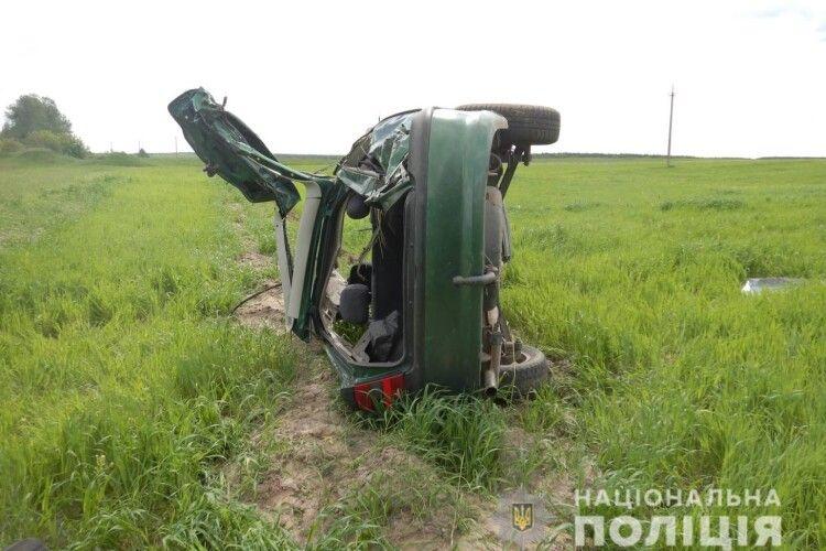 Водій у тяжкому стані: у Володимир-Волинському районі авто злетіло в кювет (Фото)