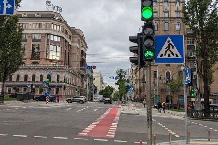 Колись і у нас таке буде... У Києві встановили перші велосипедні світлофори