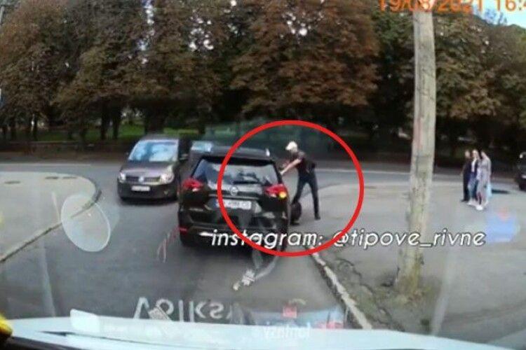 У Рівному чоловік на моноколесі ледь не влетів під машину (Відео моменту)