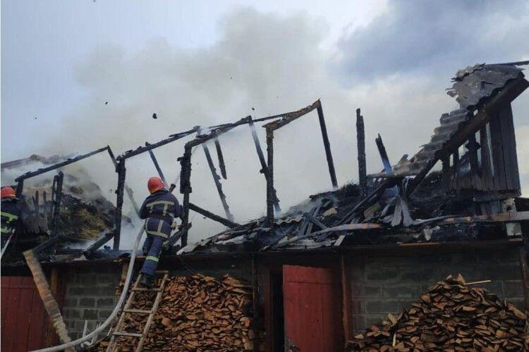 У пожежі на Рівненщині згорів дах клуні, а дрова вціліли
