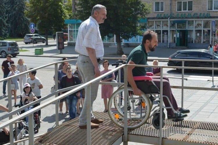 Керівники Ковеля таки пересіли вінвалідні візки (Фото)