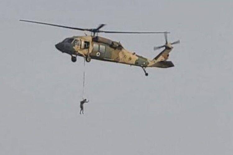Таліби підвісили до вертольота людину і літали над містом (Відео 18+)